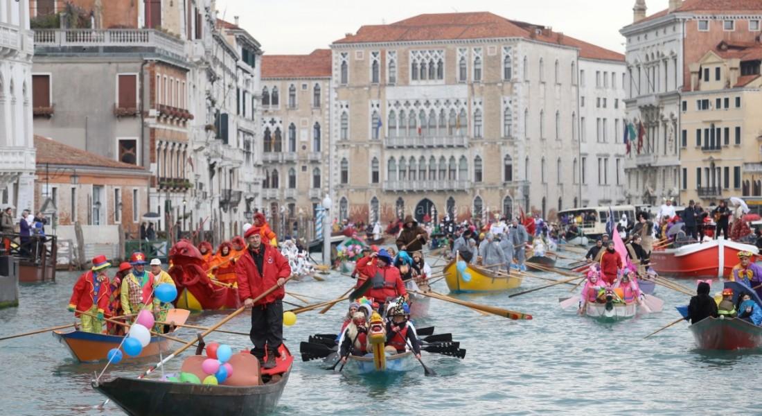 Momenti della festa sull'acqua del Carnevale veneziano